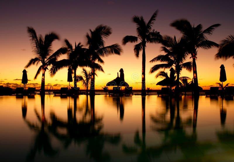 Zonsondergang over pool bij toevlucht 2 royalty-vrije stock foto's