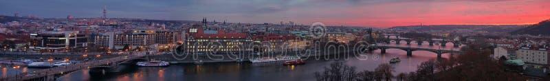 Zonsondergang over Praag Panorama van de stad met de Vltava-Rivier in de voorgrond - Tsjechische Republiek royalty-vrije stock fotografie
