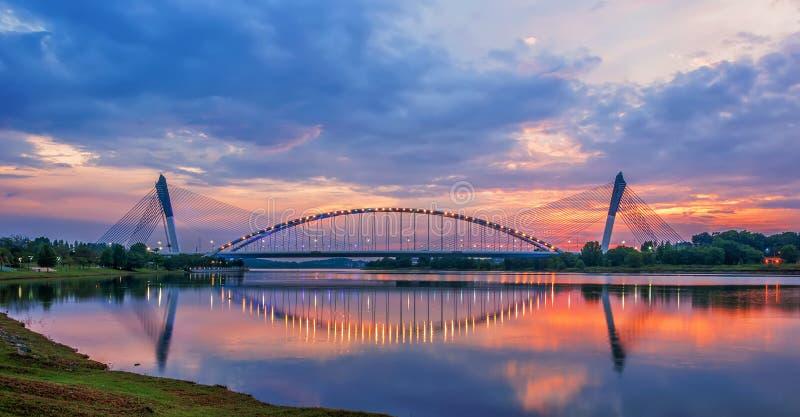 Zonsondergang over Putrajaya-Oever van het meer royalty-vrije stock fotografie