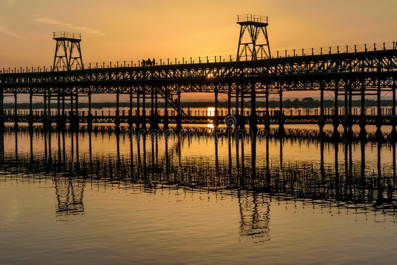 Zonsondergang over Rio Tinto Pier, Huelva, Andalusia, Spanje stock fotografie