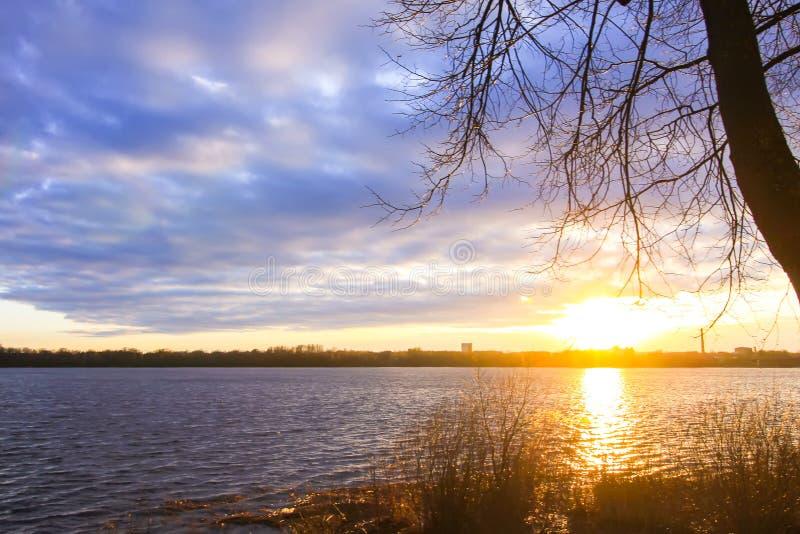 Zonsondergang over rivier Daugava, Riga, Letland stock afbeeldingen
