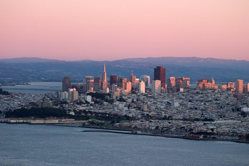Zonsondergang over San Francisco met roze kleuren. royalty-vrije stock afbeelding