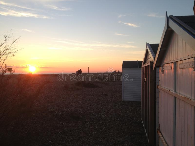 Zonsondergang over Shoreham-strandhutten in Oost-Sussex stock afbeelding
