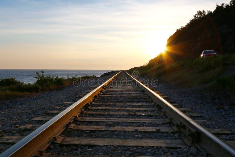 Zonsondergang over spoorwegsporen royalty-vrije stock foto