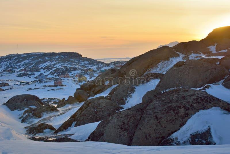 Zonsondergang over stad in Groenland stock fotografie