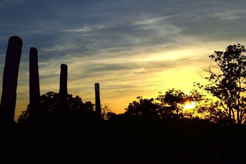 Zonsondergang over steenpillers van Medirigiriya Vatadage, Polonnaruwa, Sri Lanka royalty-vrije stock foto