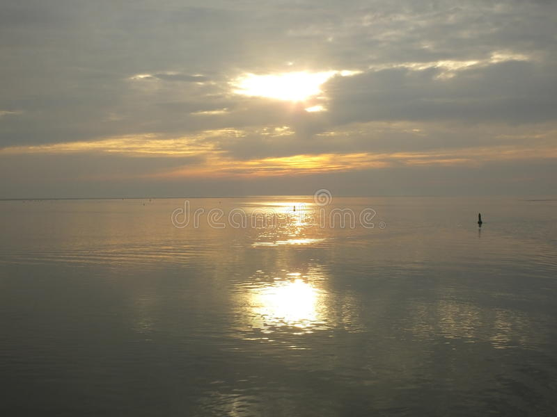Zonsondergang over stil water royalty-vrije stock afbeelding