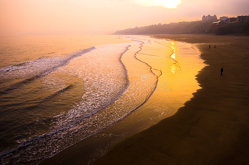 Zonsondergang over strand stock afbeelding
