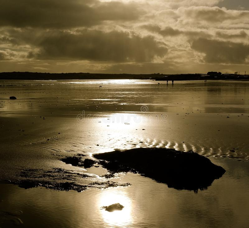 Zonsondergang over strand Garryvoe stock foto's
