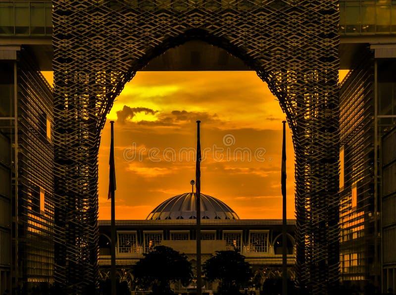 Zonsondergang over Sultan Mizan Zainal Abidin Mosque in Putrajaya, Maleisië royalty-vrije stock foto