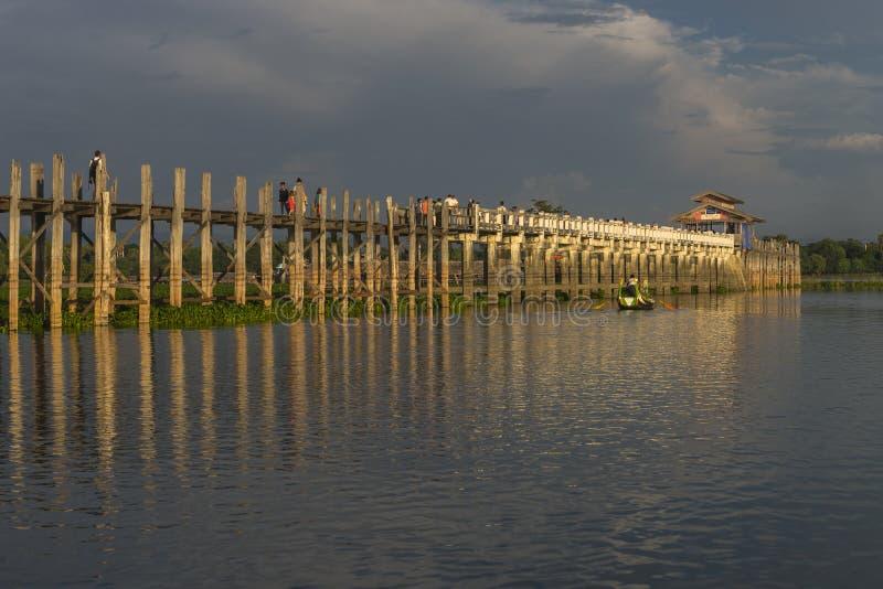 Zonsondergang over teakbrug royalty-vrije stock afbeeldingen