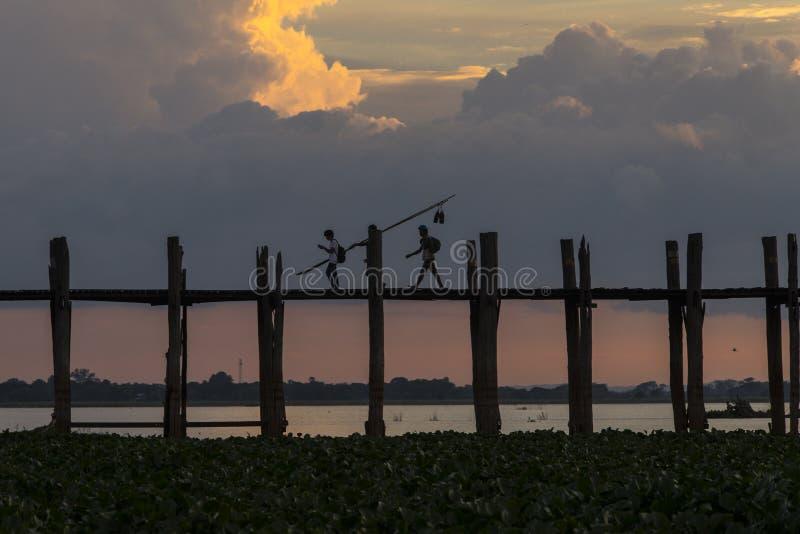 Zonsondergang over teakbrug stock foto