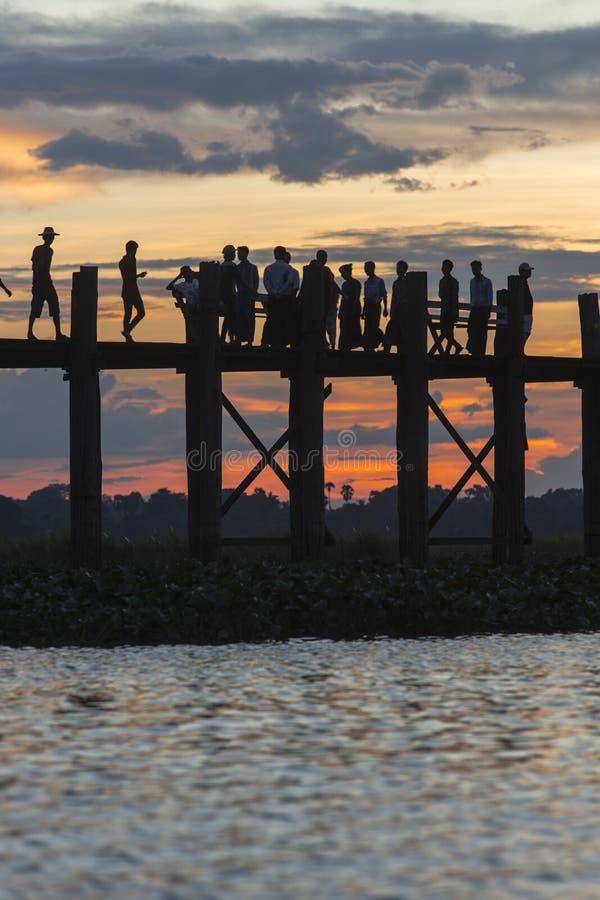 Zonsondergang over teakbrug royalty-vrije stock afbeelding