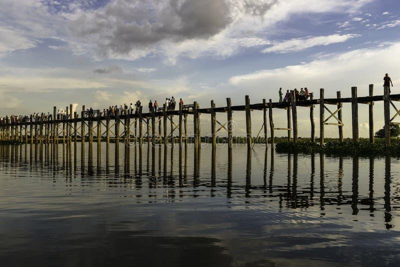 Zonsondergang over teakbrug royalty-vrije stock foto's