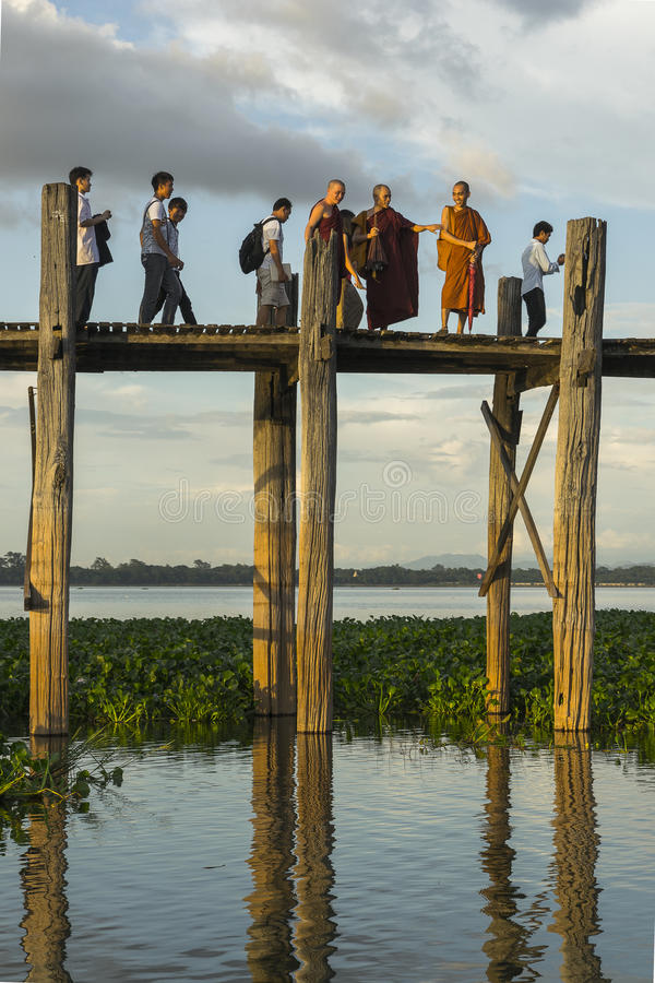 Zonsondergang over teakbrug stock foto's