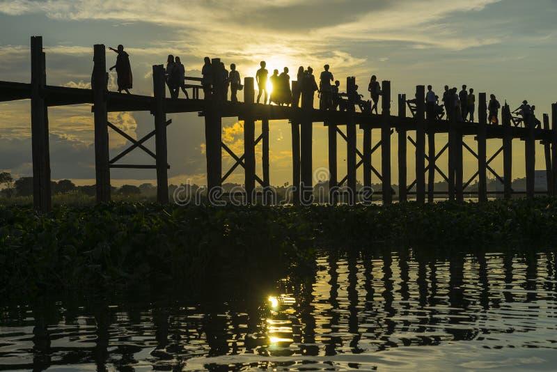 Zonsondergang over teakbrug stock fotografie