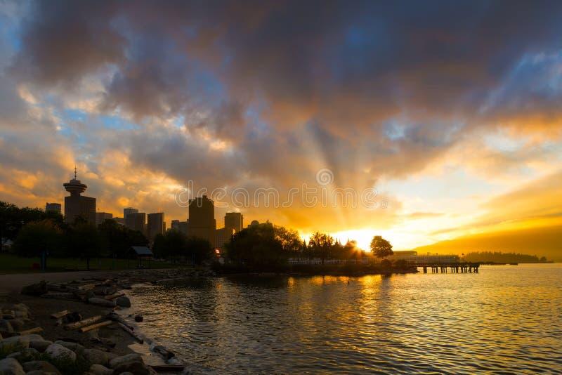 Zonsondergang over Vancouver BC bij Krabpark in Canada stock fotografie