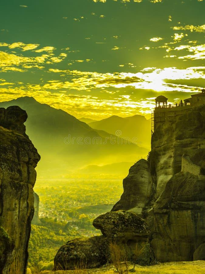 Zonsondergang over Varlaam-klooster in Meteora, Griekenland stock afbeelding