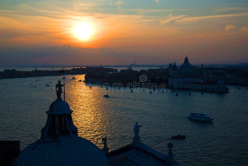 Zonsondergang over Venetië Mening van de klokketoren van de Kathedraal van San Giorgio Maggiore Italië stock foto's