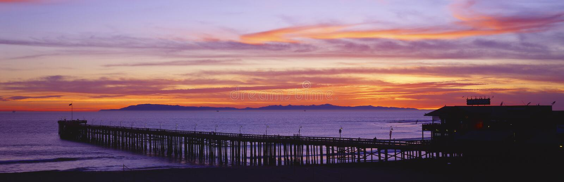 Zonsondergang over Ventura Pier Channel Islands en Vreedzame Oceaan, Ventura, Californië stock fotografie
