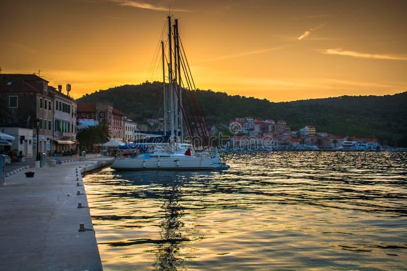 Zonsondergang over Vis-stad, Kroatië royalty-vrije stock fotografie