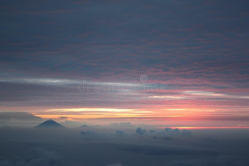 Zonsondergang over vulcano van Gunung Agung in Bali, zoals die van Gunung Rinjani in Lombok wordt gezien royalty-vrije stock foto's