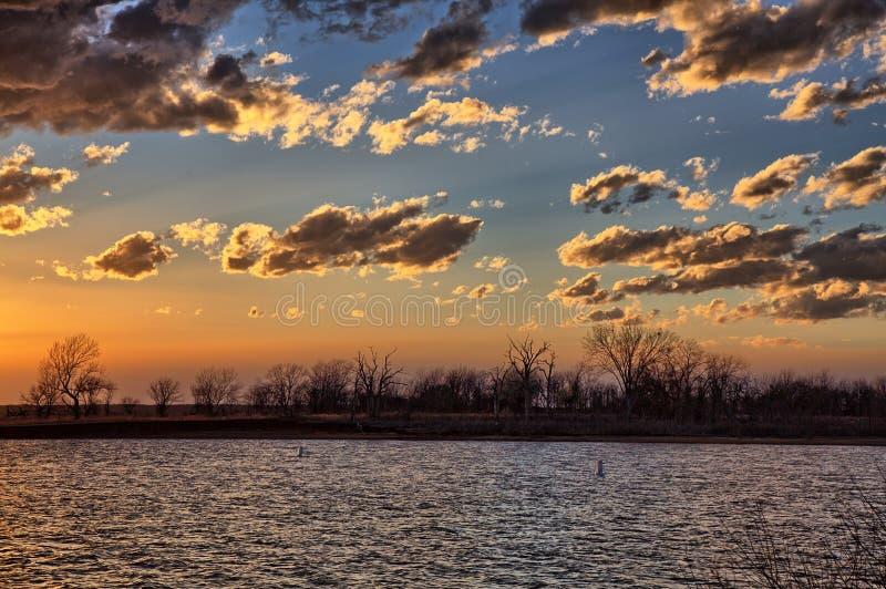 Zonsondergang over wordt uitgevoerd Texoma stock fotografie