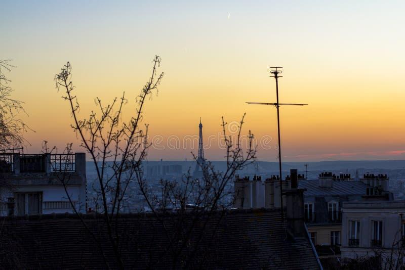 Zonsondergang in Parijs, mening van het dak van huizen en de Toren van Eiffel Weergeven van Basiliek Sacre Coeur stock fotografie