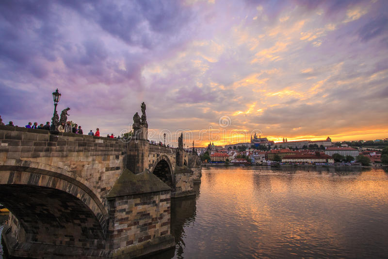 Zonsondergang in Praag over de Charles-brug stock afbeelding