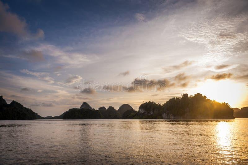 Zonsondergang in Raja Ampat Islands, Indonesië royalty-vrije stock fotografie