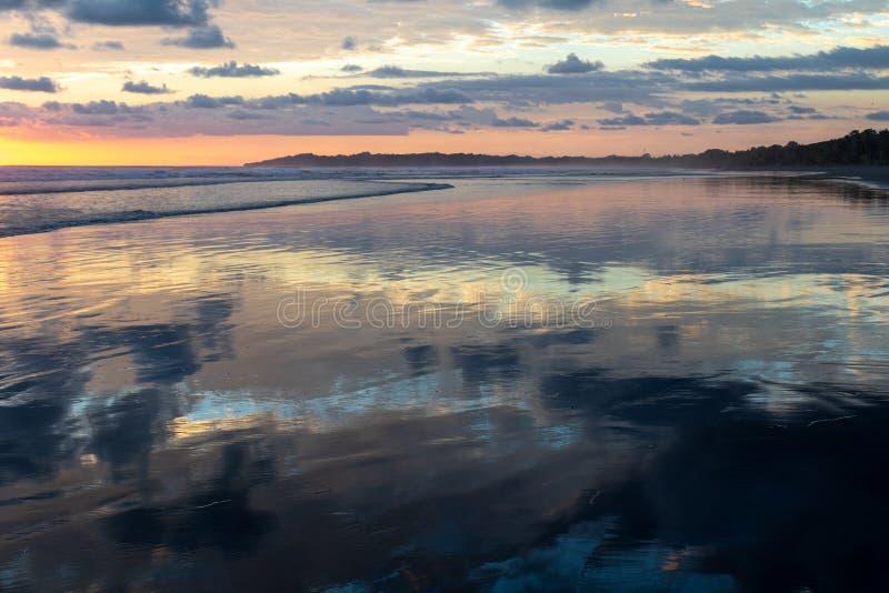 Zonsondergang Relections op een strand stock foto