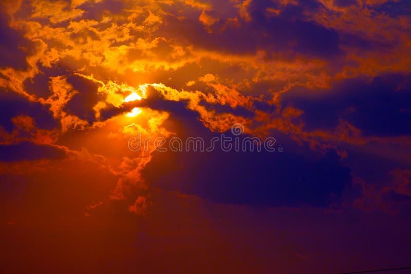 Zonsondergang in rode bewolkte hemel royalty-vrije stock fotografie
