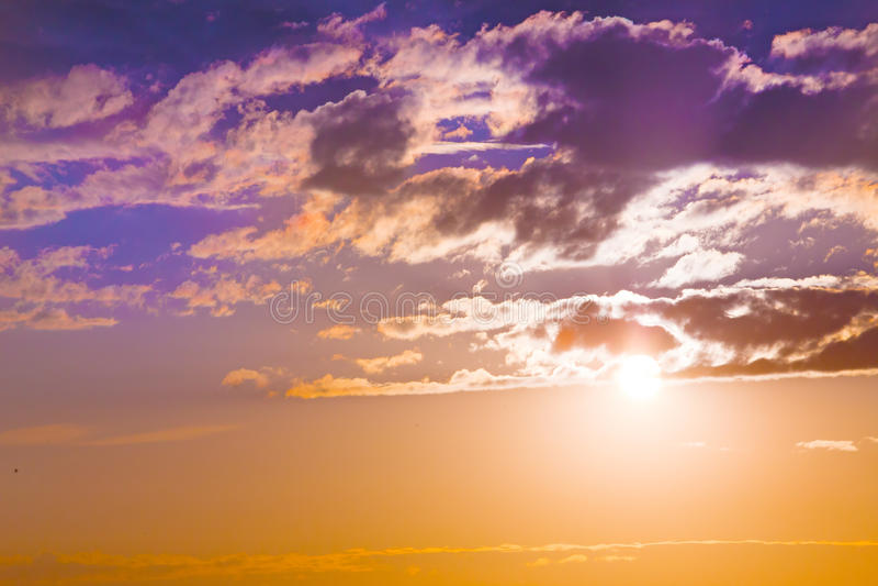 Zonsondergang in rode bewolkte hemel stock foto's