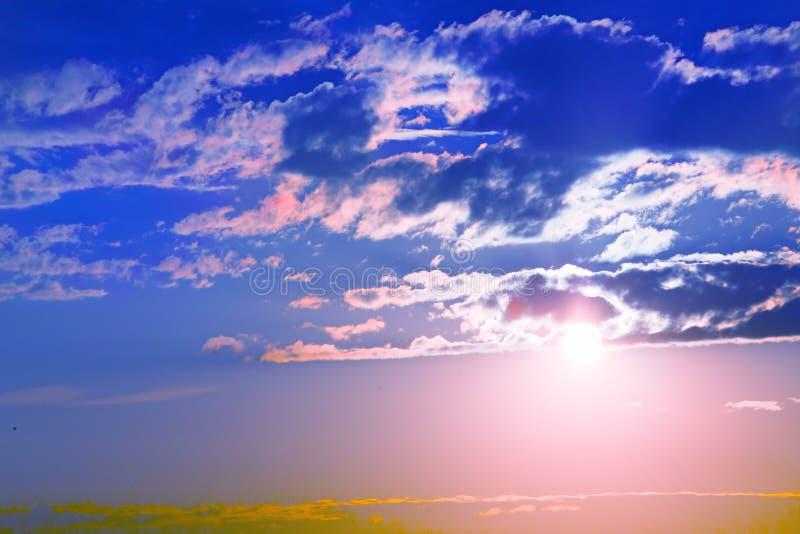 Zonsondergang in rode bewolkte hemel stock foto