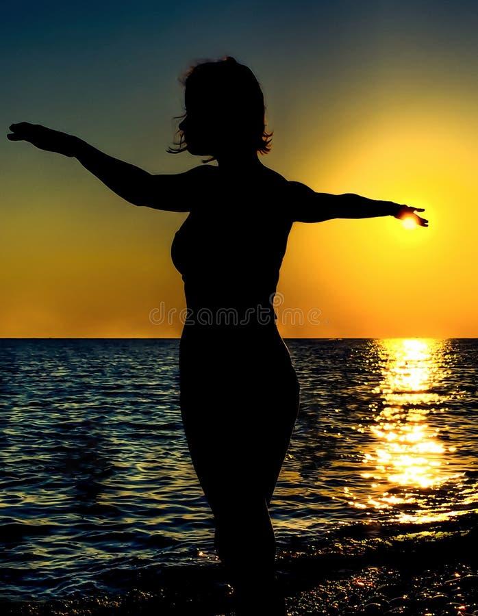 Zonsondergang silhoutte van een mooie danser stock foto's