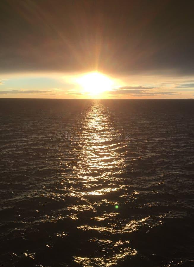Zonsondergang in slechts overzees het Noord- van Zweden royalty-vrije stock afbeeldingen