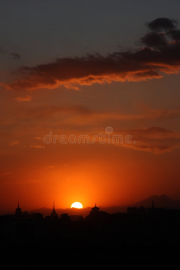 Zonsondergang in stad royalty-vrije stock afbeeldingen