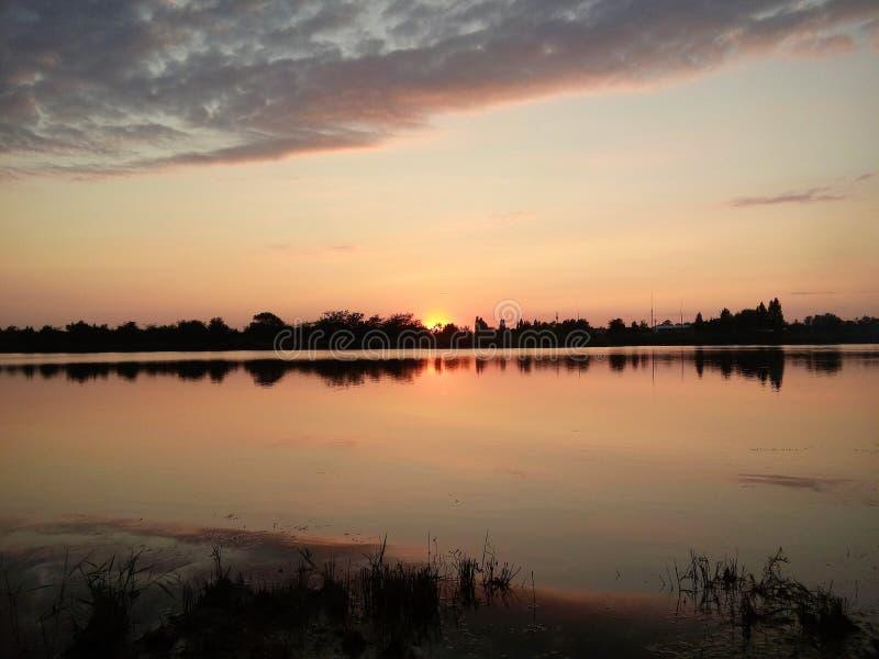 Zonsondergang Stilte en gunst Het meer treft voorbereidingen om de nacht te ontmoeten royalty-vrije stock foto's