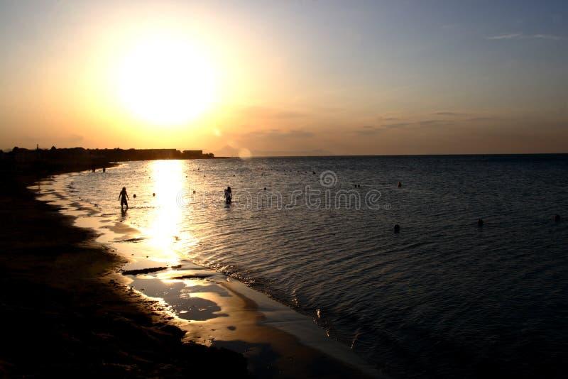 Zonsondergang in strand Denia´s stock foto's