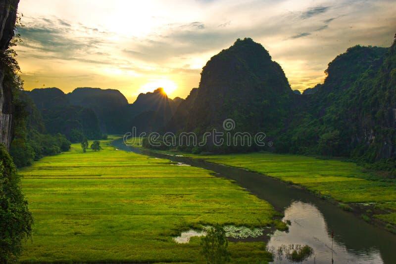 Zonsondergang in Tam Coc, Ninh Binh stock foto