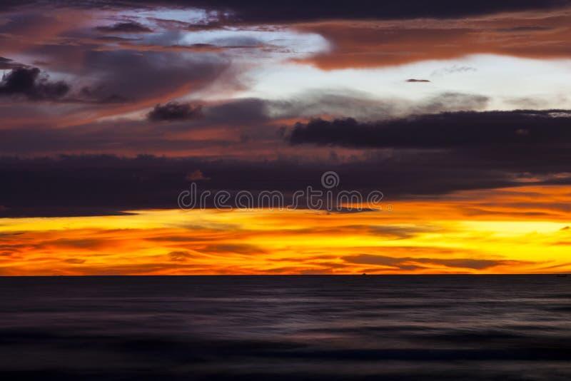 Zonsondergang in Tanjung Aru, Kota Kinabalu, Sabah, Maleisië stock afbeelding