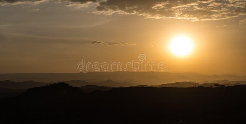Zonsondergang tussen Gheralta en Lalibela in Tigray, Noordelijk Ethiopië, Afrika stock afbeelding
