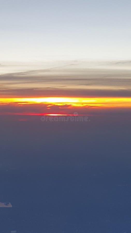 zonsondergang uit een vliegtuig stock afbeeldingen