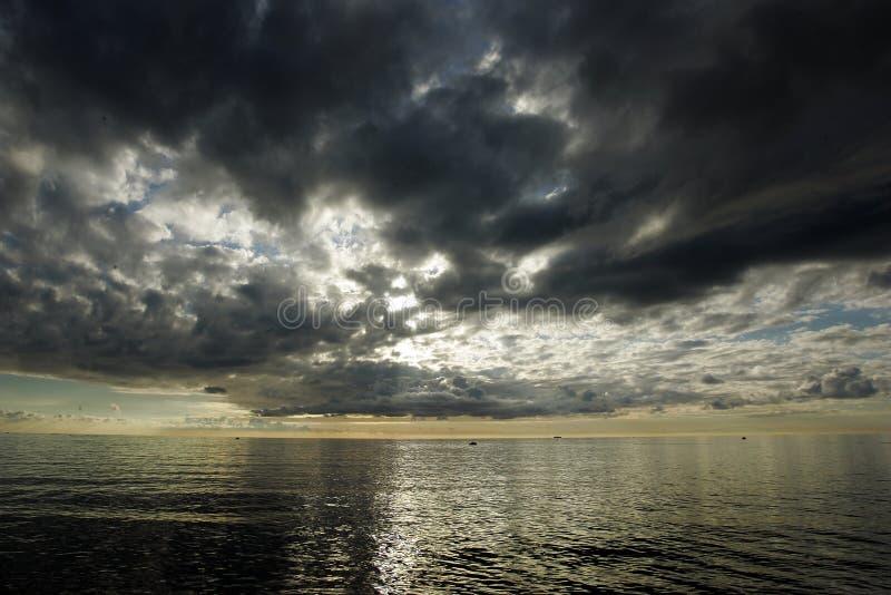 Zonsondergang vóór onweer stock afbeeldingen