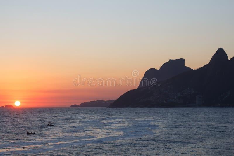 Zonsondergang van Arpoador, Rio de Janeiro stock foto