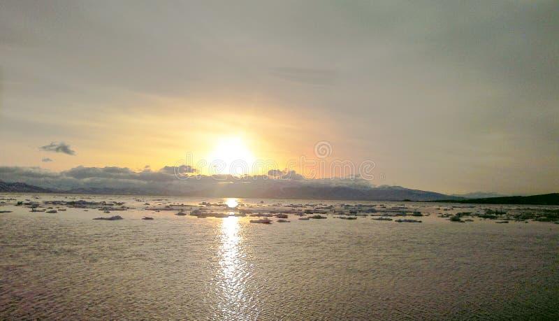 Zonsondergang van de avondzon over de Baai met ijs stock afbeeldingen