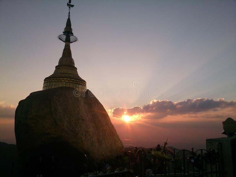 Zonsondergang van de gouden rots royalty-vrije stock afbeelding