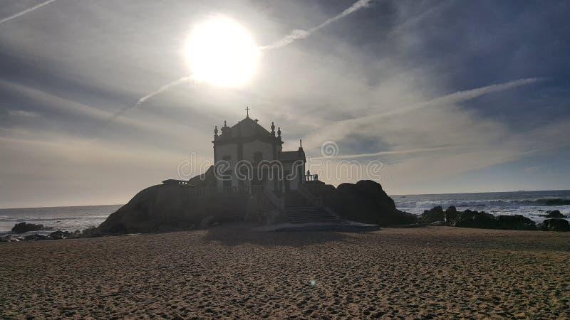 Zonsondergang van de het strandzon van de zandkasteel de grijze hemel stock afbeelding