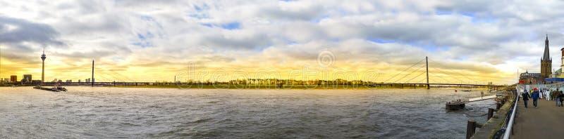 Zonsondergang van de rivier van Rijn in Dusseldorf stock afbeelding