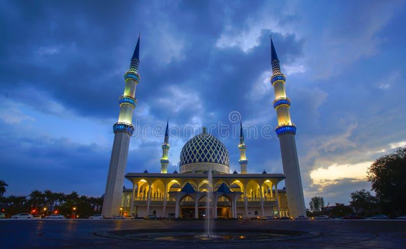Zonsondergang van de Sjah Alam van Masjid Negeri of goed - officieel gekend als Moskee van Sultan Salahuddin Abdul Aziz Shah stock fotografie